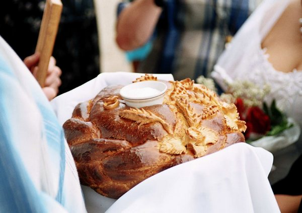 Встреча молодых с хлебом-солью и иконами. Фото с сайта triinochka.ru