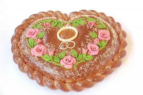 Каравай в форме сердца как символ любви. Фото с сайта www.cafekaravay.ru