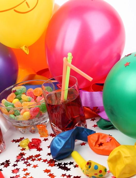 Дети непременно будут рады ярким шарикам, хлопушкам, веселым коктейльным трубочкам и ярким конфеткам в симпатичных вазочках