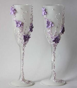 Декорируем свадебные бокалы самостоятельно. Фото с сайта www.livemaster.ru