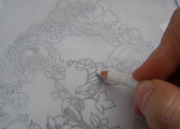 Наносим рисунок при помощи белого карандаша. Фото с сайта http://stranamasterov.ru/