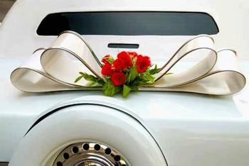 Ленты и цветы — отличное украшение для машины. Фото с сайта lookathis.ru