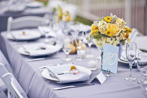 Украшение стола — цветы. Фото с сайта stilnaya-svadba.ru