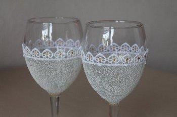 Украсить бокалы могут кружева, ленты, цветы, стразы и бусинки. Фото с сайта stranamasterov.ru