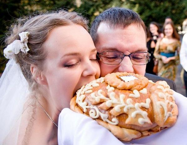 Свадебный каравай — в чем смысл обряда? Фото с сайта yourussia.ru