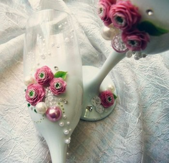 Декор бокалов при помощи лент и полимерной глины. Фото с сайта vk.com