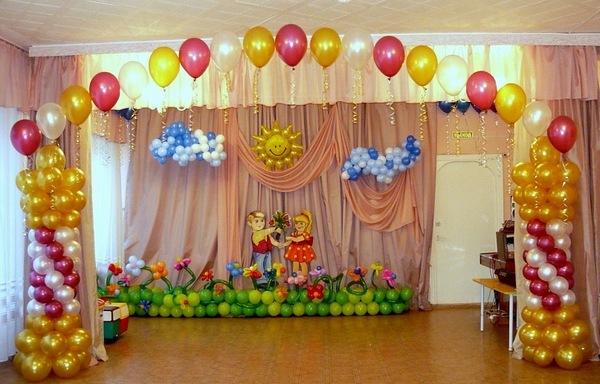 Ярко и оригинально — оформление сцены шарами. Фото с сайта sharik.kh.ua