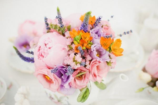 Цветы — нежное оформление сцены. Фото с сайта anemoni.ru