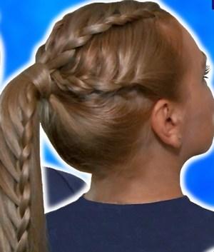 Формируем хвост, сплетенный в косу. Фото с сайта www.youtube.com