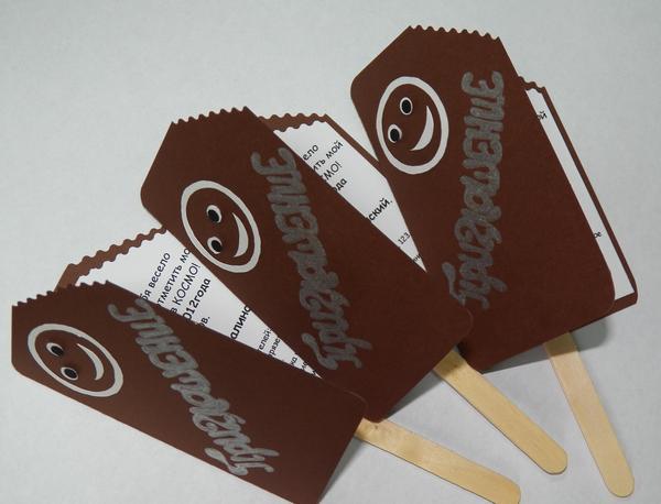 Приглашение в виде мороженного на палочке. Фото с сайта podarokhandmade.ru