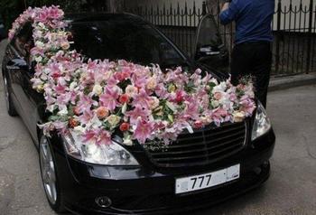 Цветы на авто в качестве украшения — нежно и красиво. Фото с сайта uniqhand.ru
