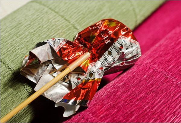 Крепим конфету к палочке. Фото с сайта http://pustunchik.ua/