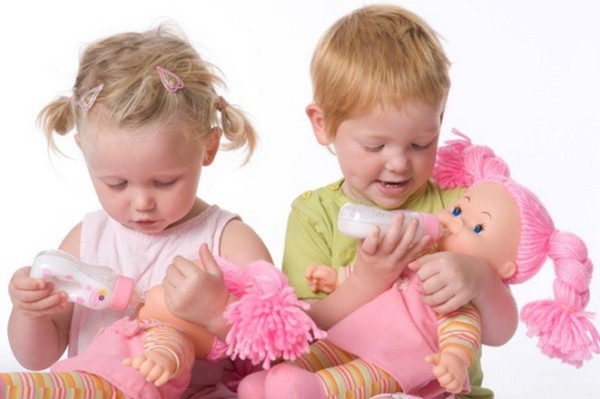 Чем меньше ребенок, тем большего размера ему нужна кукла. Фото с сайта www.xn