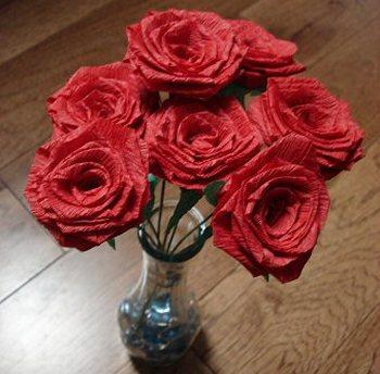 Розы из креп-бумаги украсят праздничный стол. Фото с сайта http://8marta.dworik.com/