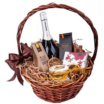 Корзина с подарками — просто и оригинально. Фото с сайта www.obradoval.ru