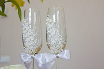 Ленты в качестве украшения для бокалов — изысканно и нежно. Фото с сайта uniqhand.ru