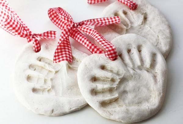 Оставляем отпечатки на тесте. Фото с сайта www.baby.ru