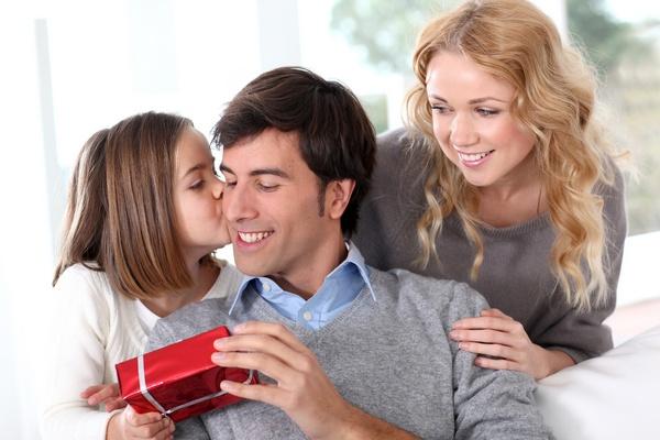 Подарок любимому мужу и папочке — поздравления начинаются с утра