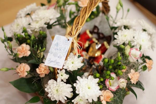 Корзину можно наполнить не только цветами. Фото с сайта www.ingeborga.by