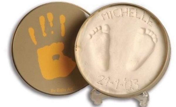 Делаем слепки ручек и ножек малыша на память. Фото с сайта www.baby.ru