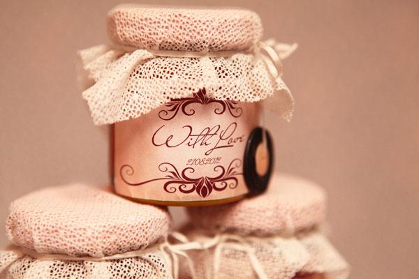 Оригинально оформленные баночки с сюрпризом. Фото с сайта hibride.ru