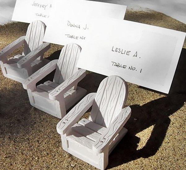 Очень мило — имена гостей на стульчиках. Фото с сайта http://nashasvadba.net/
