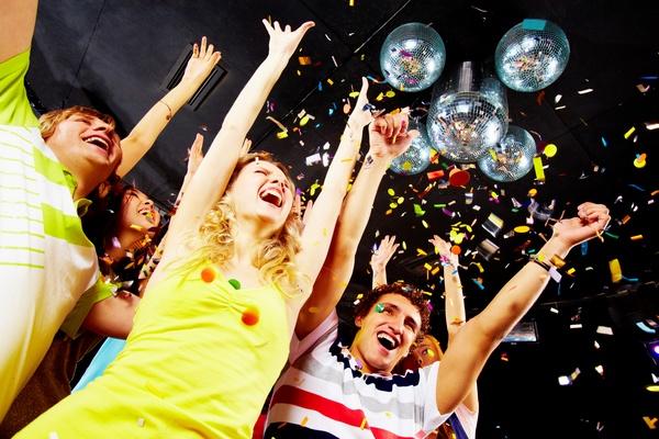 Веселая вечеринка с друзьями — отличный вариант поздравления