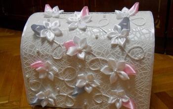 Украшаем сундучок цветами, бусинами, стразами. Фото с сайта http://womanadvice.ru/