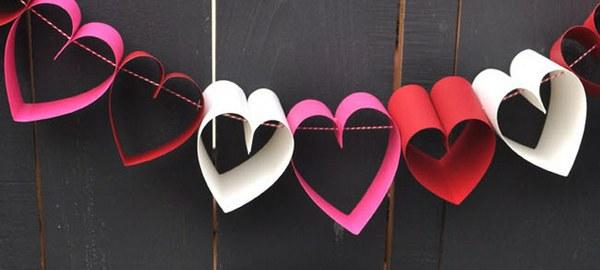 Сердца в виде гирлянды можно сделать за 10 минут. Фото с сайта weddingdiary.ru