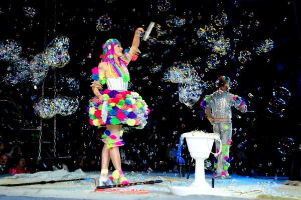 Шоу мыльных пузырей — эффектный номер для праздника. Фото с сайта na-jubilej.ru