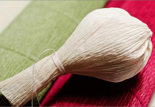Обрамляем конфетку в лепестки. Фото с сайта http://pustunchik.ua/