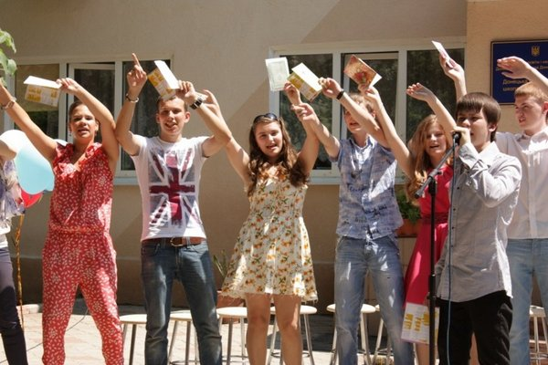 Можно приготовить музыкальный подарок учителю. Фото с сайта www.rosrechflot.ru