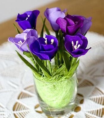 Милые крокусы можно сделать из гофрированной бумаги. Фото с сайта http://belosnezhka.com/