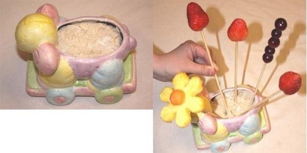 В соленое тесто вставляем шпажки с фруктами. Фото с сайта http://podarokhandmade.ru