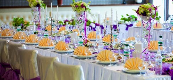 Нежно и стильно — оформление цветами праздничного стола. Фото с сайта housewife-nerdy.ru