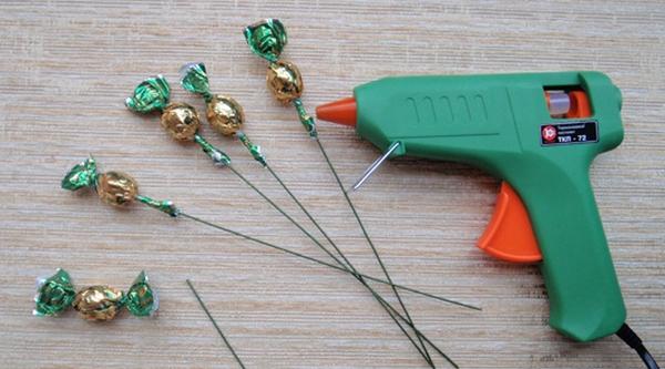 Закрепляем конфеты. Фото с сайта http://content.podarki.ru/