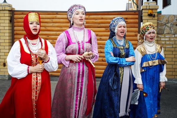 Сваха и гости рассказывают о достоинствах жениха. Фото с сайта socialmytischi.ru
