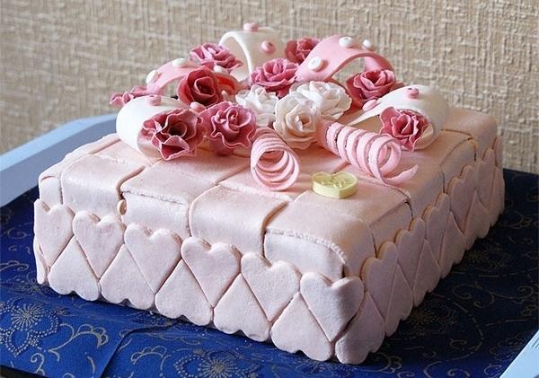 Праздничный торт, украшенный мастикой. Фото с сайта kallorii.info