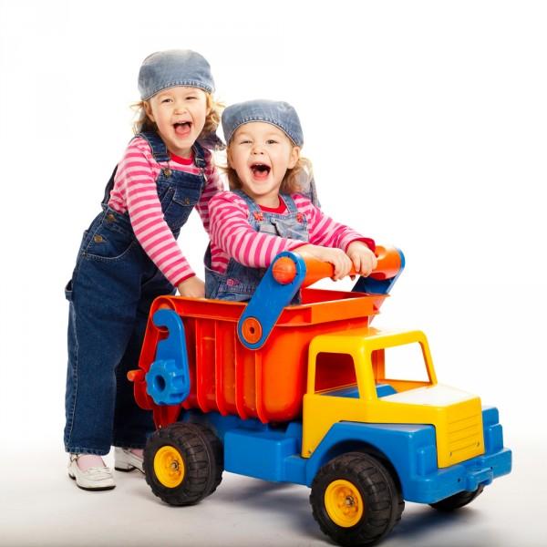 Для активных и подвижных девочек — транспорт. Фото с сайта unicef-russia.livejournal.com