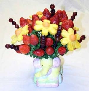 Красивый и яркий букет из фруктов и ягод. Фото с сайта http://podarokhandmade.ru