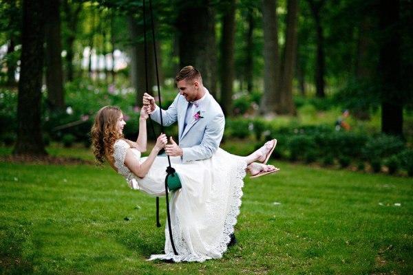 Зелень, солнце, цветы — свадьба летом. Фото с сайта vk.com