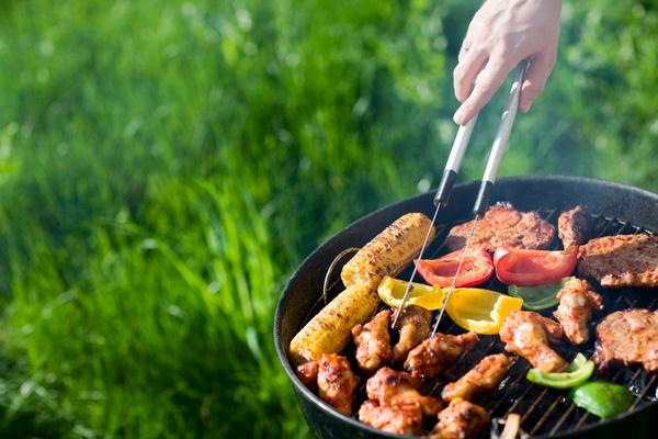 Любителю пикников на природе можно подарить барбекю или шашлычницу