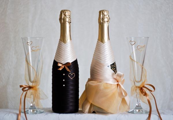 Преобразим бутылки в настоящие декоративные элементы. Фото с сайта mywedding74.ru