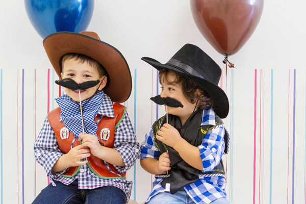 Отличный способ развеселить детей — устроить конкурсы между ковбоями и индейцами. Фото с сайта cherry-event.ru
