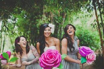 Большие цветы из гофрированной бумаги смотрятся эффектно. Фото с сайта womanadvice.ru/